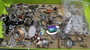 A mixed group of mainly jewellery including silver and white metal.