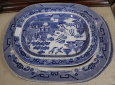 A graduated set of three blue and white Willow patterned meat platters