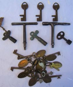 A miscellaneous lot to include several keys with brass key fobs mounted together in a steel ring