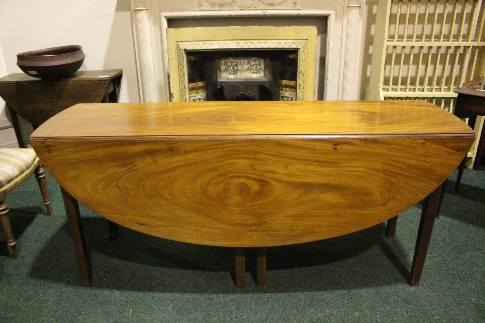Lot 19 - A VERY FINE MAHOGANY DROP LEAF HUNTS TABLE, with double gate leg on both sides