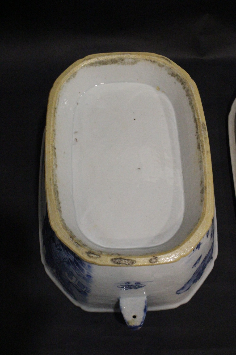 Lot 22 - A LARGE 19TH CENTURY CHINESE EXPORT WARE TERRIN DISH, with lid, having blue & white 'Willow Pattern'