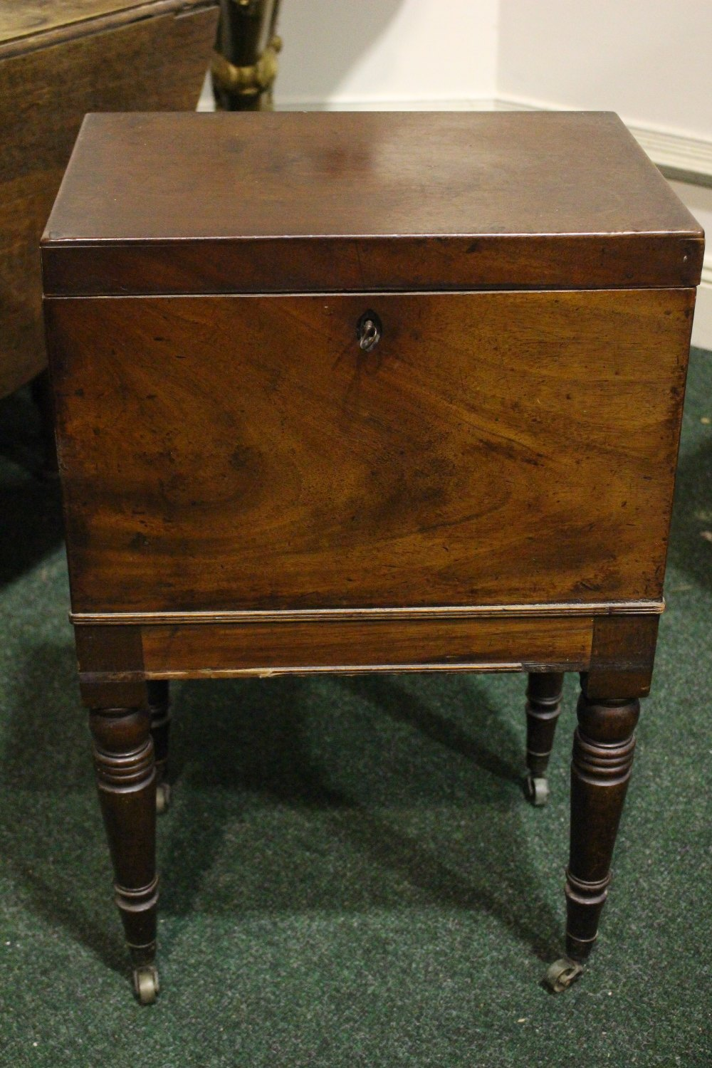 Lot 26 - A VERY GOOD CELLARET / CADDY STAND, with hinged top, compartmented interior, with a pierced lift out