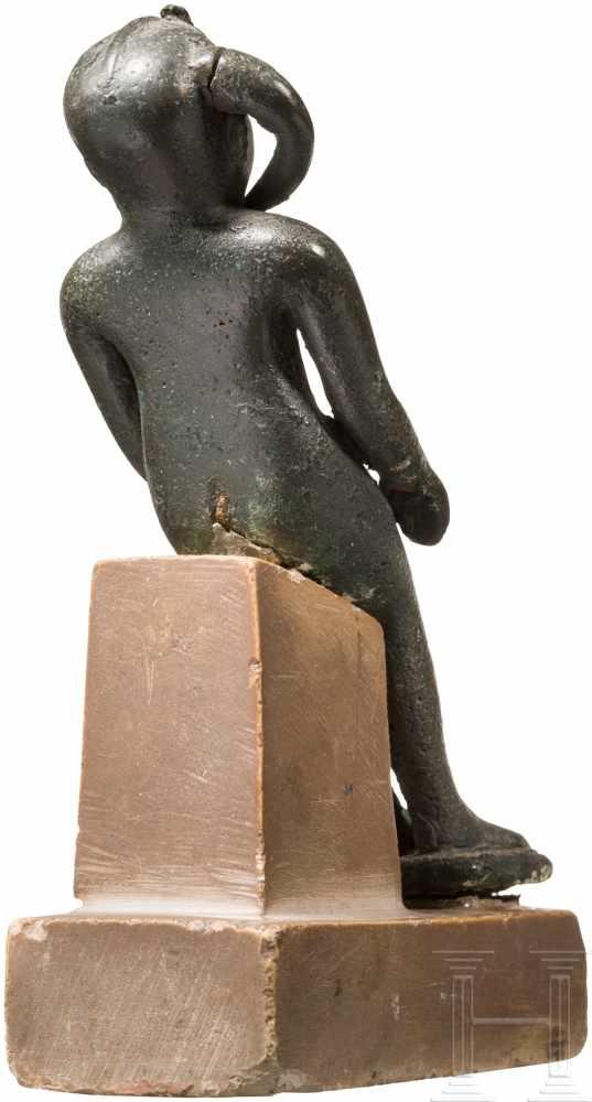 Lot 1604 - Statuette des Harpokrates, Ägypten, Dritte Zwischenzeit und Spätzeit, 7. - 4. Jhdt. v. Chr.Sitzfigur