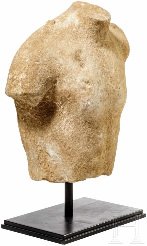 Lot 1631 - Marmortorso des Dionysos, Griechenland, frühes 5. Jhdt. v. Chr.Oberkörper einer frühklassischen