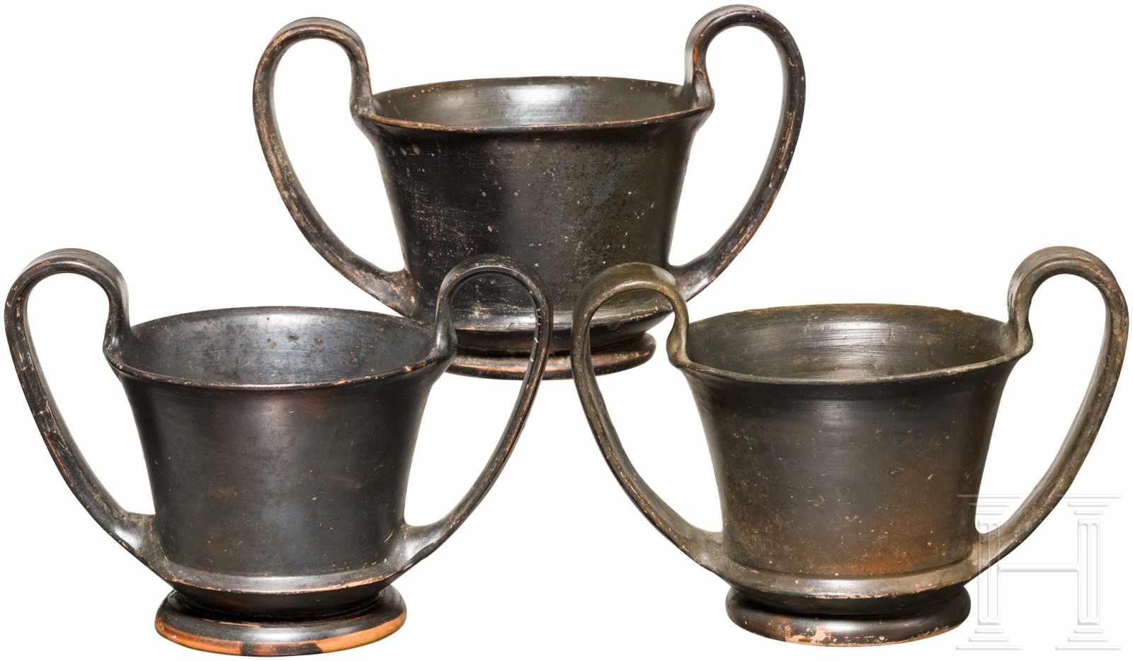 Lot 1655 - Drei böotische Becher, Griechenland, ca. Mitte 5. Jhdt. v. Chr.Drei Schwarzfirnisbecher mit