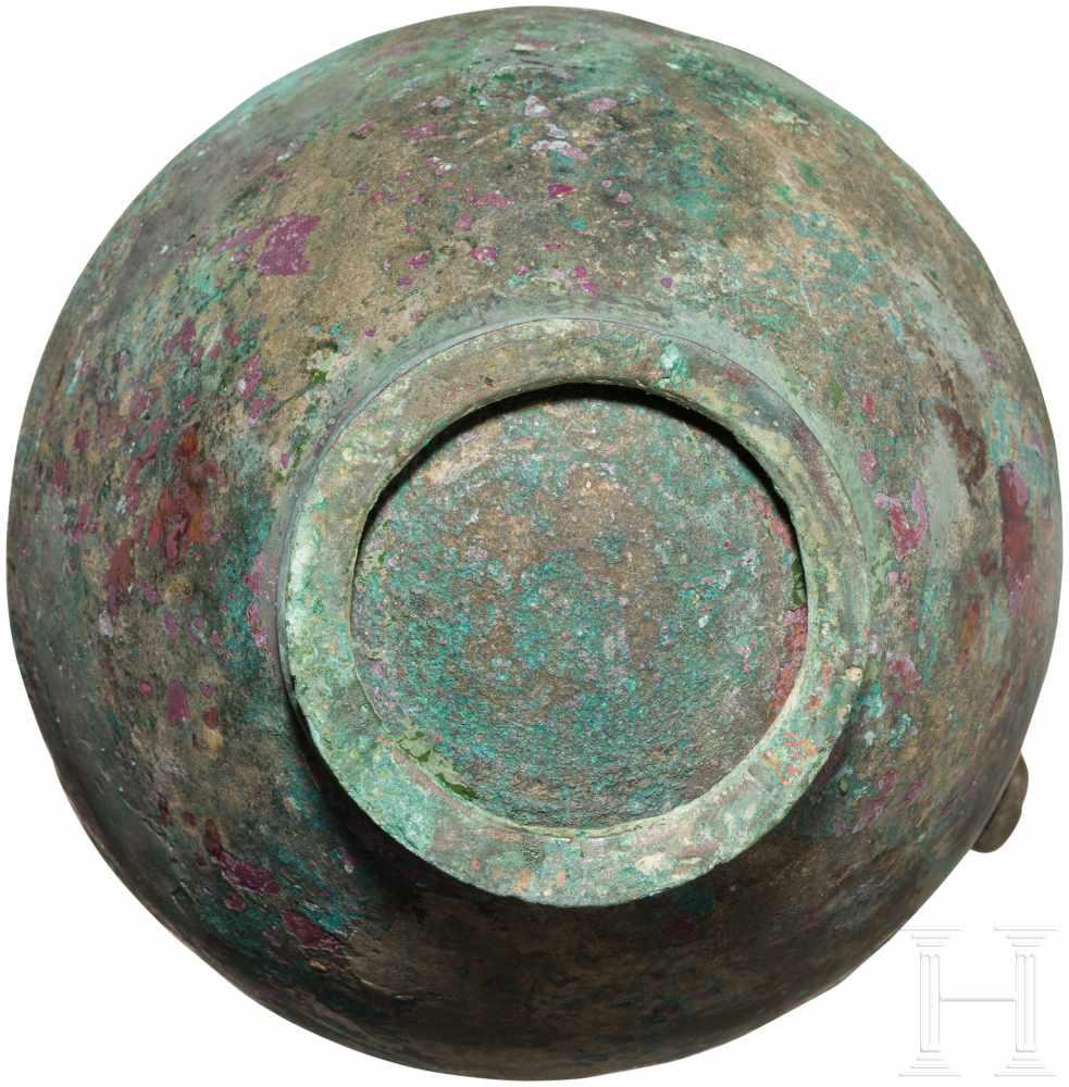 Lot 1636 - Bronzekanne, Griechenland, 5. Jhdt. v. Chr.Bauchige Bronzekanne mit Standring. Henkel in Form