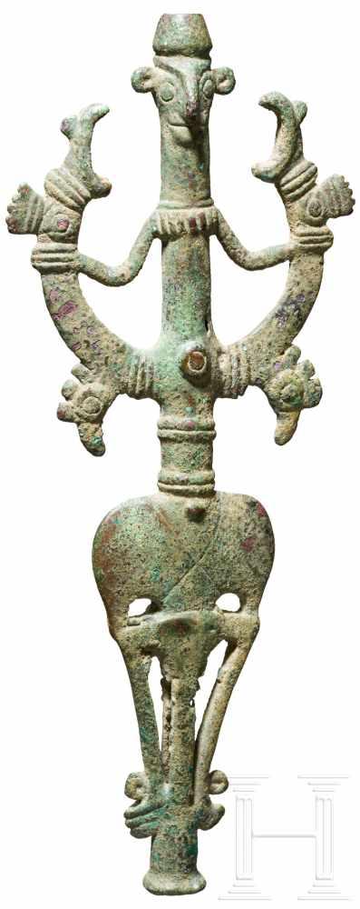 Lot 1621 - Bronze-Standarte, Luristan, 1000 - 650 v. Chr.Bronzener Standartenaufsatz. Mehrfach durchbrochene,