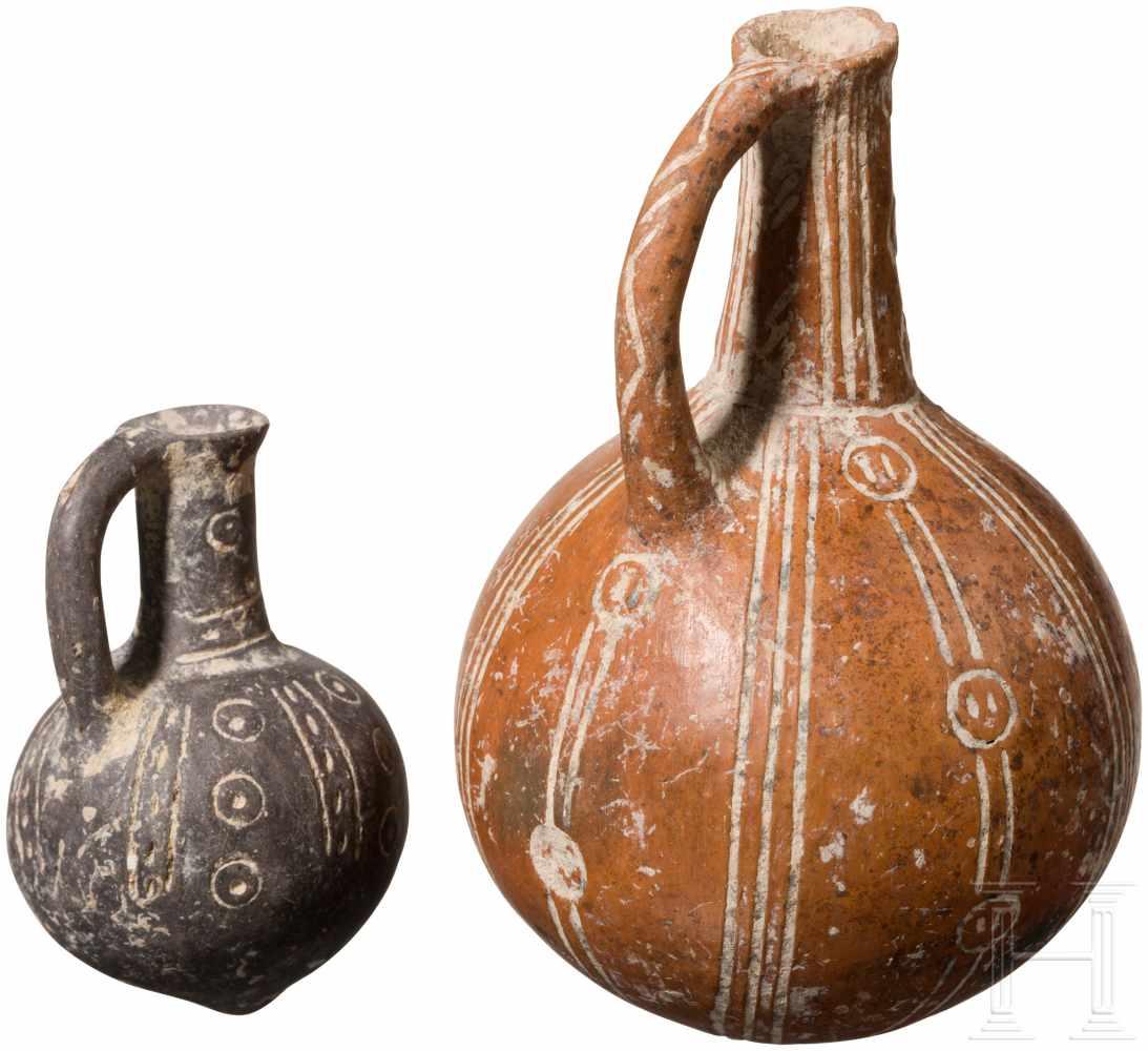 Lot 1639 - Zwei kugelige Flaschen mit Ritzdekor, Zypern, frühe Bronzezeit, 2200 - 2000 v. Chr.Zwei
