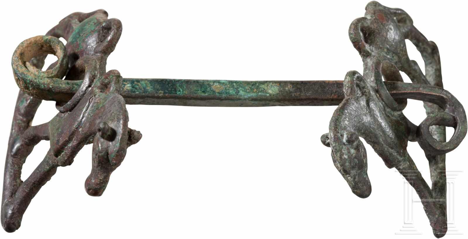 Lot 1622 - Bronze-Trense, Luristan, 1. Jtsd. v. Chr.Bronze mit grünlich-rötlicher, auf der Innenseite stärker