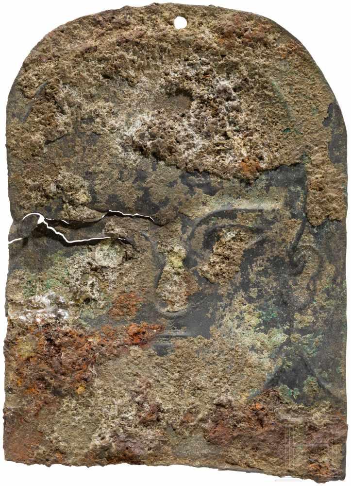 Lot 1623 - Fein ziseliertes Votivblech mit Kopf, urartäisch, 8. Jhdt. v. Chr.Bronzeblech mit von hinten