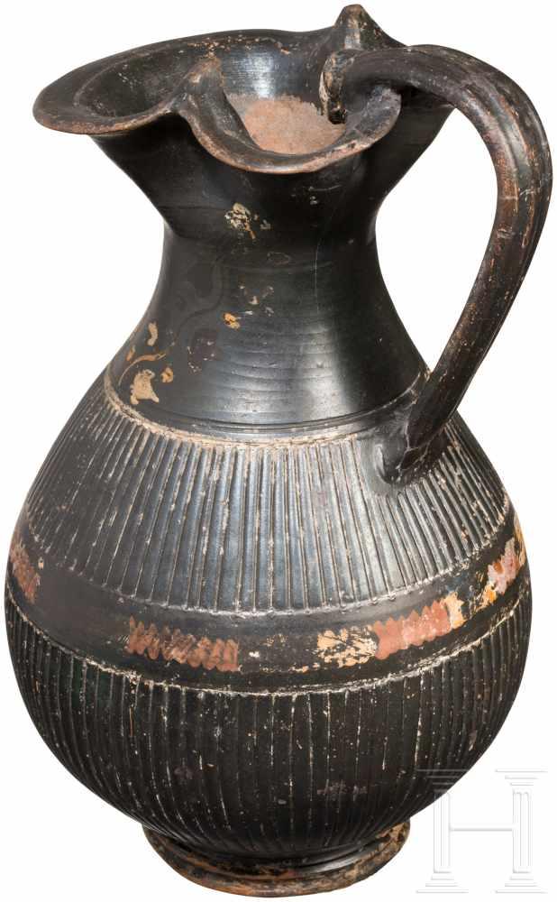 Lot 1660 - Gnathia-Oinochoe, Apulien, 4. Jhdt. v. Chr.Schwarzglasierte Oinochoe mit breiter Kleeblatt-Mündung