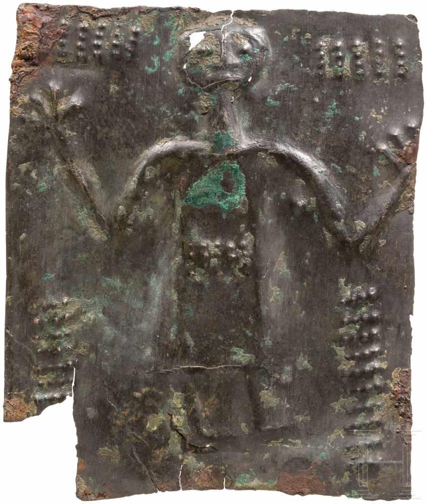 Lot 1624 - Votivblech mit Adorant, urartäisch, 8. Jhdt. v. Chr.Rechteckiges Bronzeblech mit von hinten