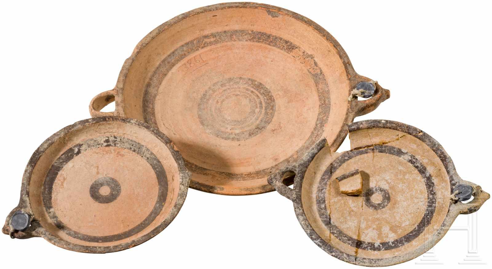 Lot 1641 - Drei Teller, zyprisch-geometrisch I, 1050 - 950 v. Chr.Ein großer und zwei kleine scheibengedrehte