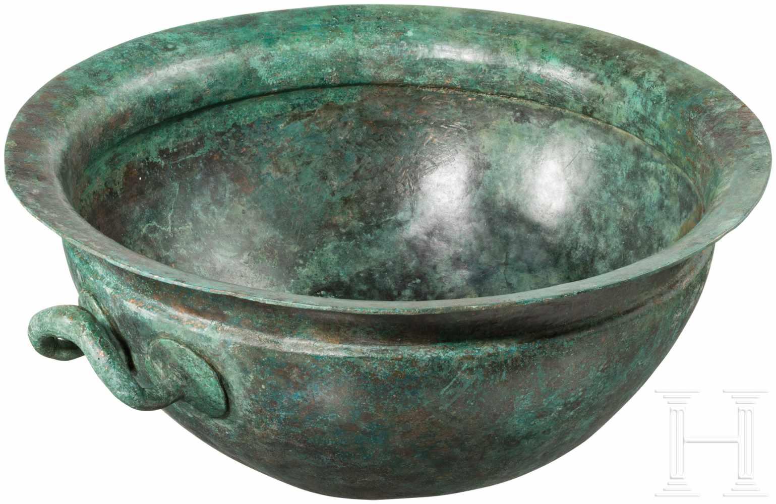 Lot 1637 - Bronzekessel, Griechenland, 5. Jhdt. v. Chr.Großer, halbkugeliger Bronzekessel mit zwei seitlichen