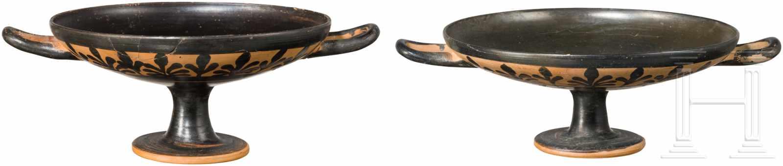 Lot 1648 - Zwei attische Trinkschalen, Griechenland, 4. Jhdt. v. Chr.Schwarz gefirnisste Trinkschalen. Innen je