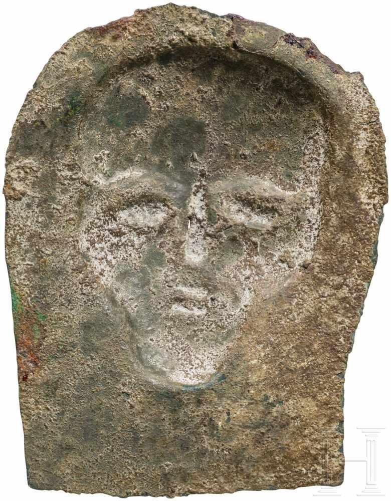 Lot 1625 - Votivblech mit Kopf, urartäisch, 8. Jhdt. v. Chr.Bronzenes Blech mit von hinten herausgetriebenem