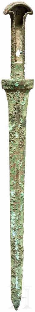 Lot 1618 - Randleistendolch, Luristan, 11. - 10. Jhdt. v. Chr.Bronze. Schmale, lange Klinge mit starker