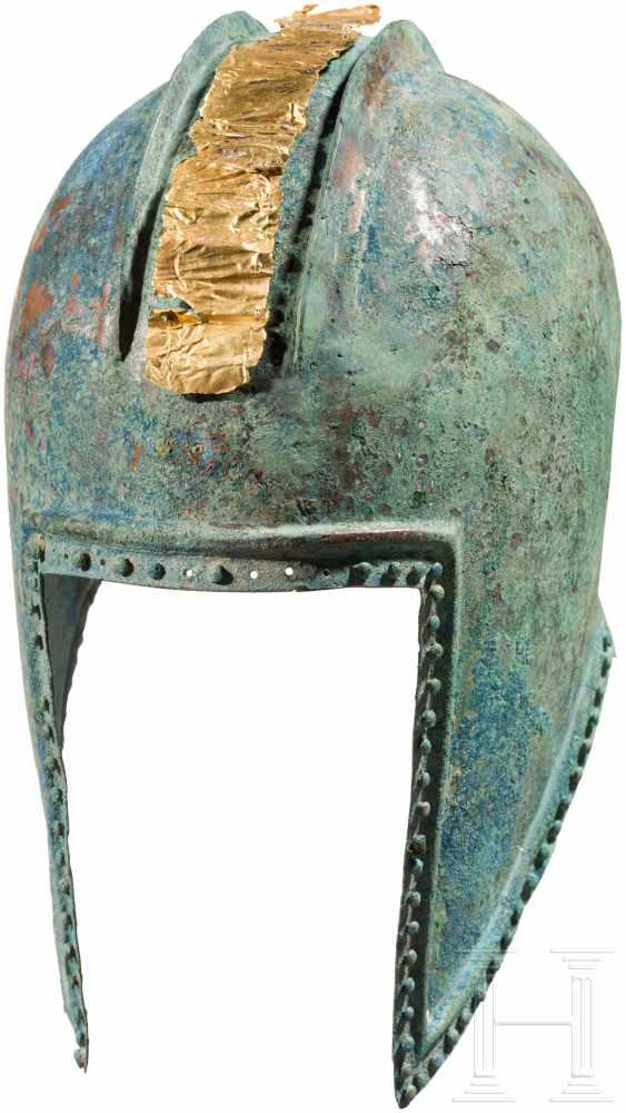 Lot 1634 - Illyrischer Helm, griechisch, 5. Jhdt. v. Chr.Halbkugelig getriebene Helmglocke mit zwei