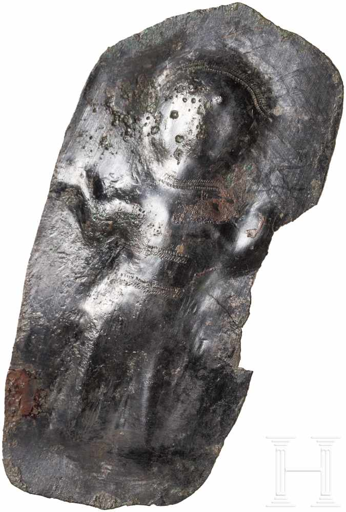 Lot 1628 - Votivblech mit Adorant, urartäisch, 8. Jhdt. v. Chr.Längliches Bronzeblech mit von hinten