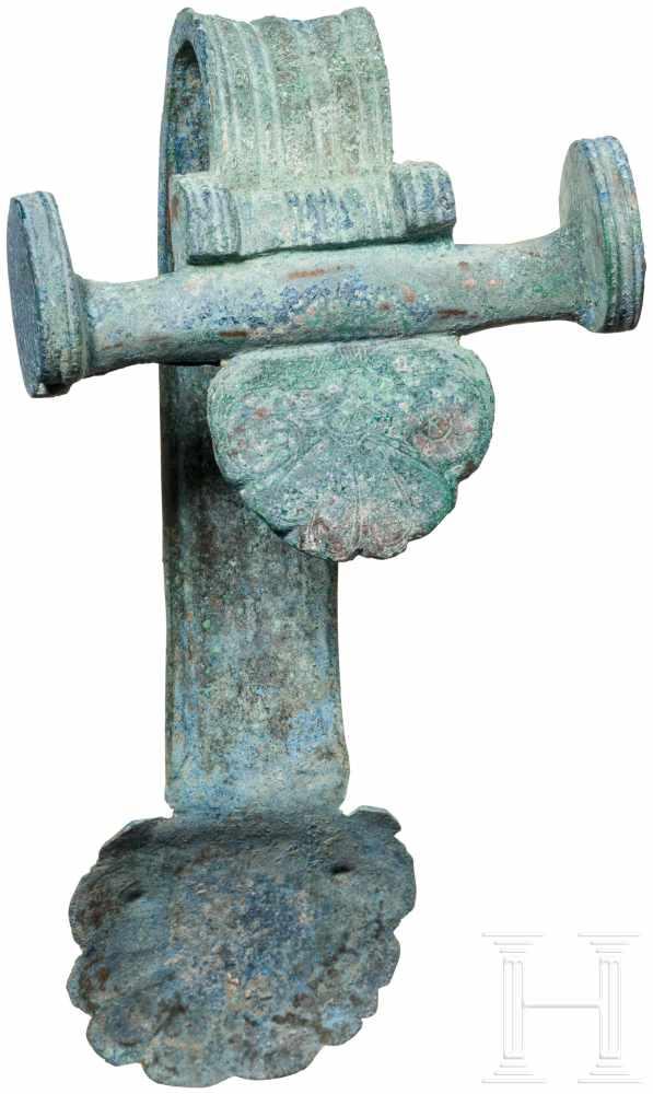 Lot 1638 - Henkelattasche eines Bronzegefäßes, Griechenland, 5. Jhdt. v. Chr.Bronzene Henkelattasche, deren