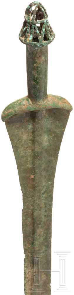 Lot 1613 - Bronzenes Kurzschwert, Luristan, Ende 2. Jtsd. v. Chr.Klinge mit flachem, breitem Mittelgrat. In den