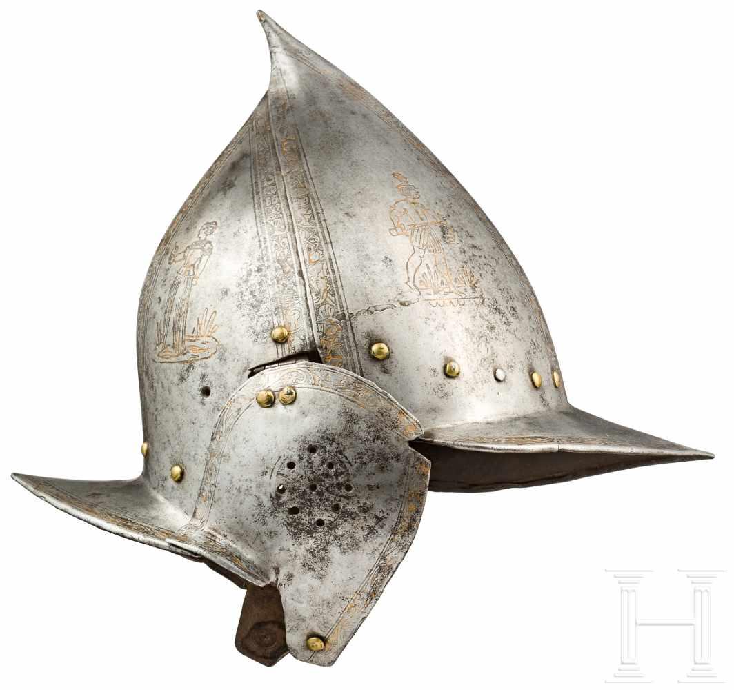 Lot 3118 - Geätzte Sturmhaube, Italien, um 1600Zweiteilig geschlagene, stark gegratete Kalotte mit langer, nach