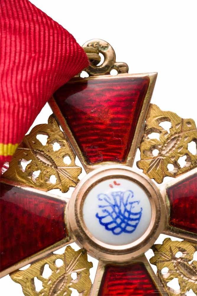 Lot 3885 - St. Anna-Orden, Kreuz 3. Klasse, Russland, um 1900In Gold und Emaille. Auf den rs. Kreuzarmen