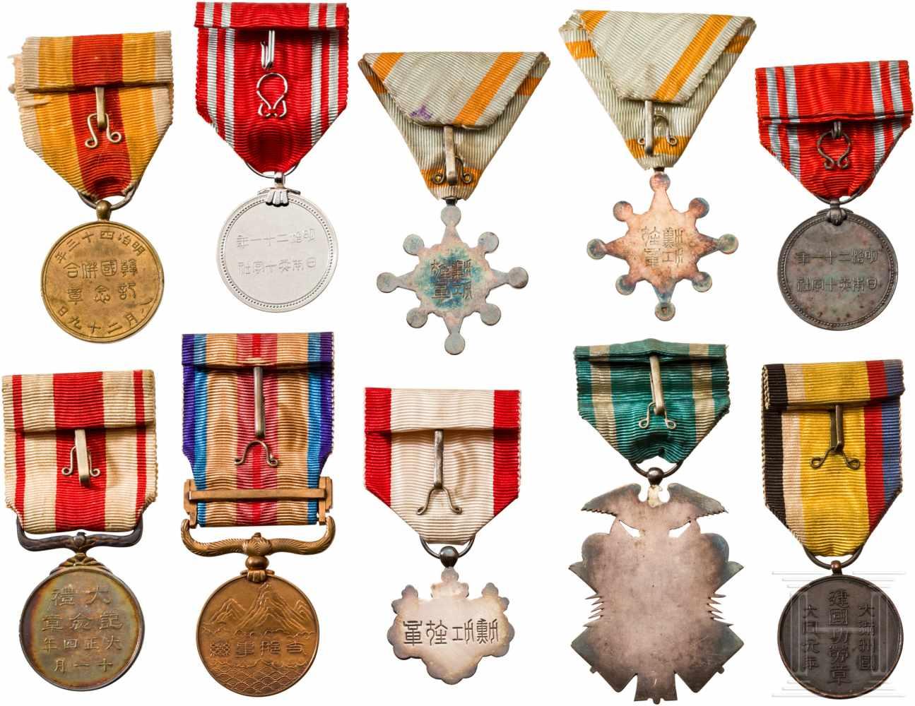 Lot 3872 - Kleine Sammlung japanischer Auszeichnungen, 1. Hälfte 20. Jhdt.Zwei Orden des Heiligen Schatzes,
