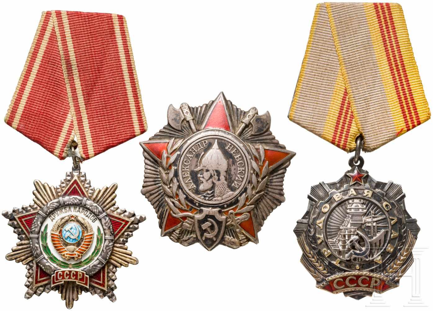 """Lot 3904 - Drei Auszeichnungen, ab 1943Alexander-Newski-Orden, Silber, emailliert. Rs. Verl.-Nr. """"26232"""", mit"""