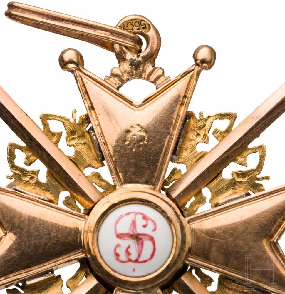 Lot 3882 - St. Stanislaus-Orden - Kreuz 3. Klasse mit Schwertern, um 1900Gold und Emaille. In den Kreuzarmen