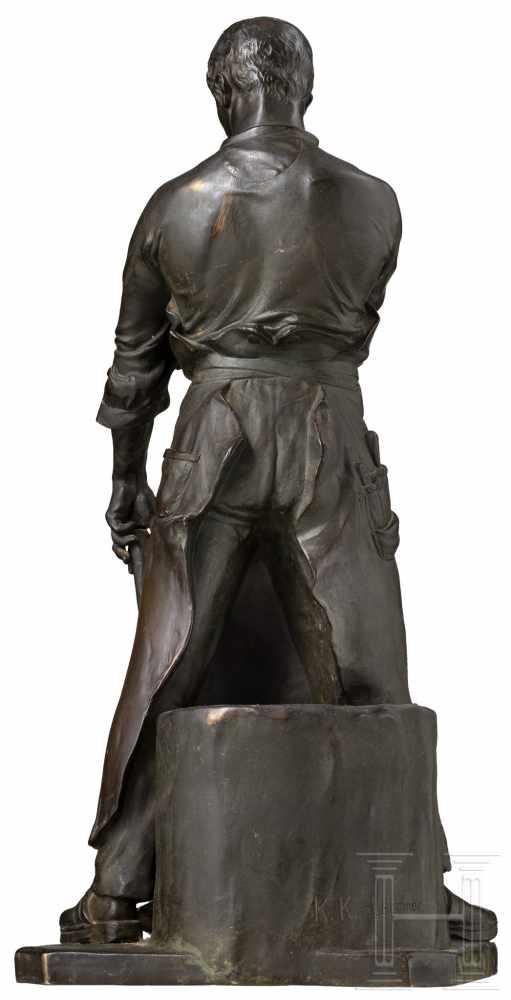 Lot 4436 - Große Bronzefigur eines Schmieds, um 1910Bronze, dunkel patiniert, rs. am Stock des Ambosses die