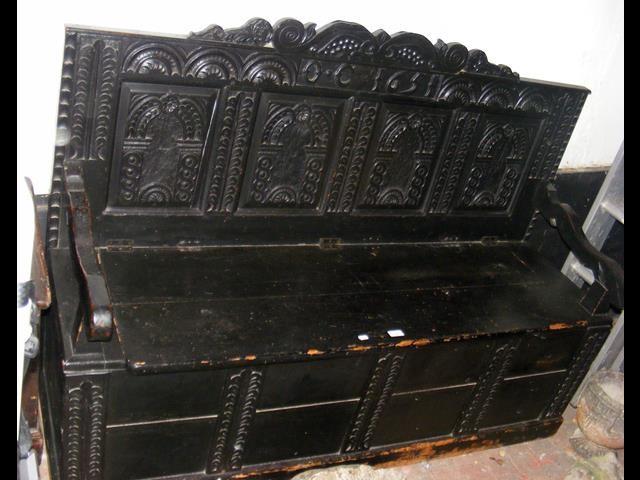 Lot 25 - Antique settle with carved backrest - 1651