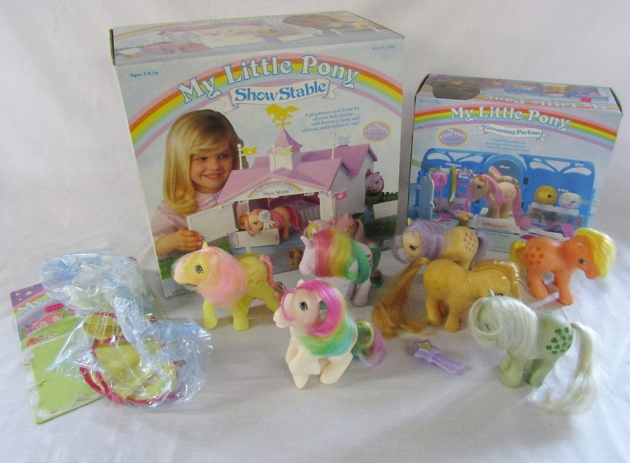 Lot 4 - My Little Pony toys inc Show Stable and Grooming P