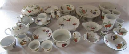 Quantity of Royal Worcester 'Evesham' and 'Evesham Vale' dinner / tea service