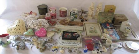 Various giftware inc hanging ornaments and signs, candles inc Yankee candles & old tins etc