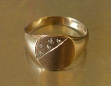 Gents 9ct gold signet ring with in set chips size W Wt 4.9g