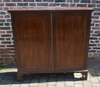 George III mahogany cupboard with shelved interior on bracket feet H 130 cm L 132 cm