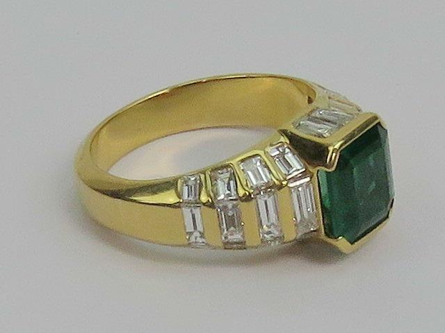 Lot 121 - A large and impressive emerald and diamo