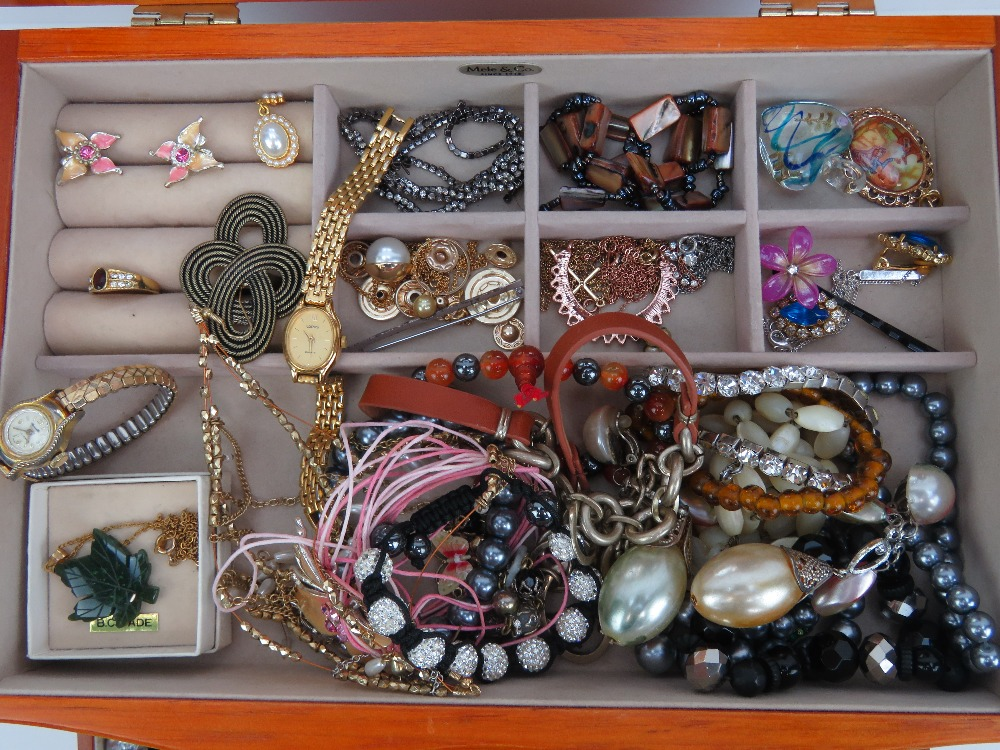 Lot 133 - A quantity of assorted costume jewellery