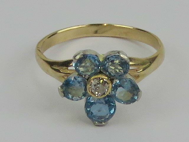 Lot 177 - An aquamarine and diamond daisy cluster