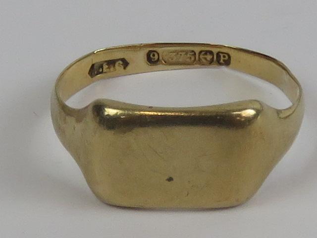 Lot 110 - A 9ct gold signet ring, hallmarked 375, unengraved, size U, 3.8g.