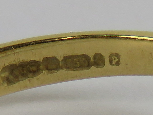 Lot 221 - An 18ct gold and diamond ring, the diamo