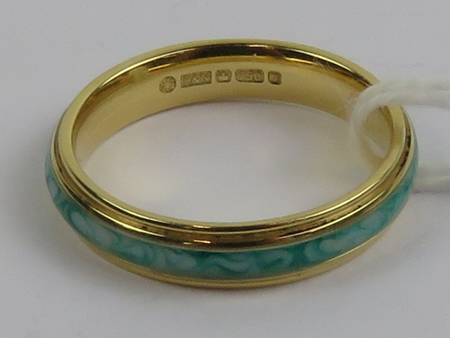 Lot 168 - An 18ct gold ring with central green and