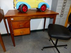 A MID CENTURY TEAK DESK BY TANSAN TOGETHER WITH A SIMILAR TANSAN SWIVEL DESK CHAIR, THE DESK. 99 x