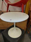 A MID CENTURY ARKANA TYPE TULIP BASED OCCASIONAL TABLE. Dia.45cms.