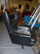 A MID CENTURY WING BACK SWIVEL LOUNGER CHAIR WITH BUTTON BACK REXINE UPHOLSTERY.