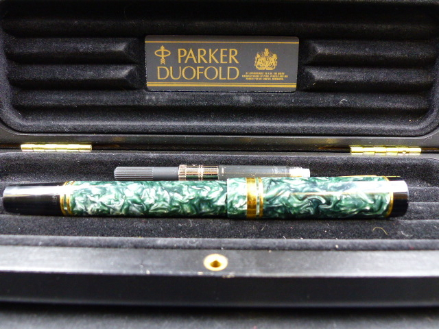 Lot 43 - PARKER DUOFOLD CENTENNIAL FOUNTAIN PEN IN GREEN MARBLE WITH AN 18ct GOLD NIB.