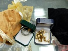 A COLLECTION OF JEWELLERY TO INCLUDE A SEAL INTAGLIO, A 900 STAMPED CRESCENT MOON BROOCH , VARIOUS