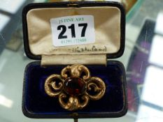 A YELLOW METAL ROCOCO STYLE BROOCH.