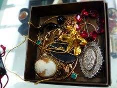 A COLLECTION OF JEWELLERY TO INCLUDE AN ANTIQUE SILVER MOURNING BROOCH ETC.